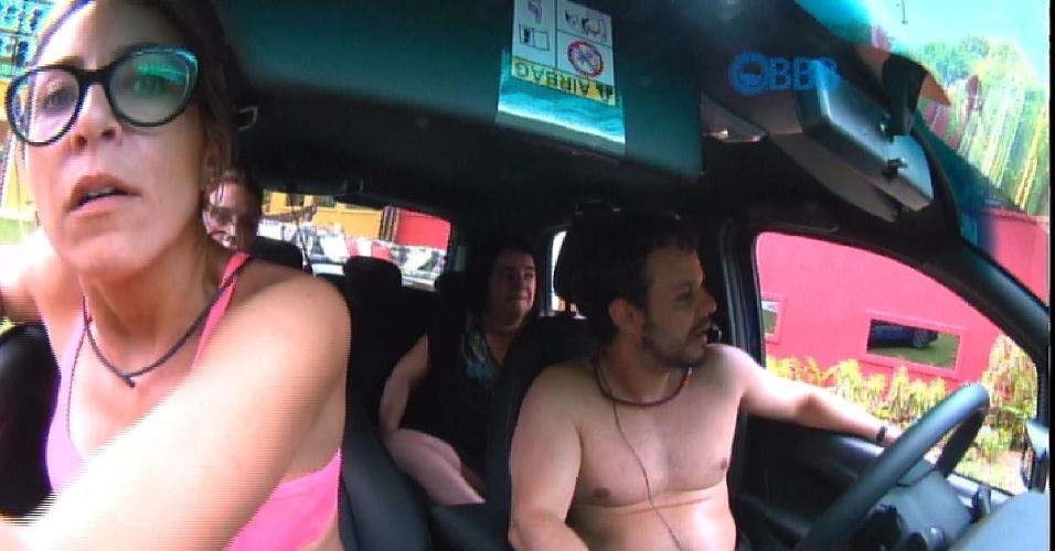 23.jan.2015 - Enquanto isso, no carro azul, o integrantes viram Marco tocar no Big Fone e juraram que o famoso telefone do programa havia tocado. Isso não aconteceu