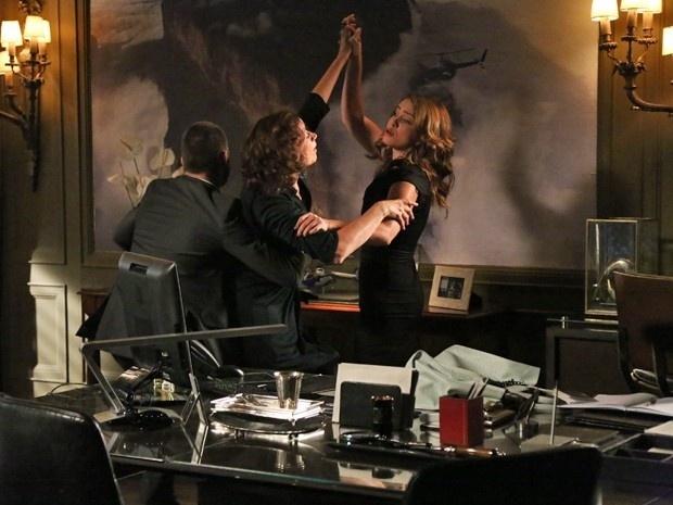23.jan.2015 - Maria Marta (Lilia Cabral) ouve ligação de Cristina (Leandra Leal), pedindo ajuda ao pai, e tenta arrancar à força o telefone das mãos da enteada