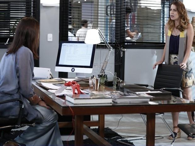 Após ler a reportagem que vazou na internet, Úrsula (Silvia Pfeifer) demite Laura (Nathalia Dill) da revista em