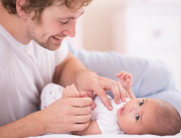 Ter o pai e a mãe se alternando nos cuidados torna o bebê mais seguro - Getty Images
