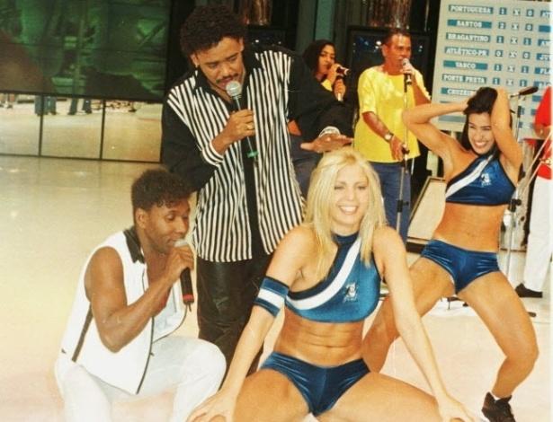 """Sheila Mello, ex-dançarina do grupo É o Tchan, rebola após ganhar o concurso da Loira do Tchan, realizado no """"Domingão do Faustão"""" em 1998. Sheila iria substituir Carla Perez, que deixou o grupo no mesmo ano."""