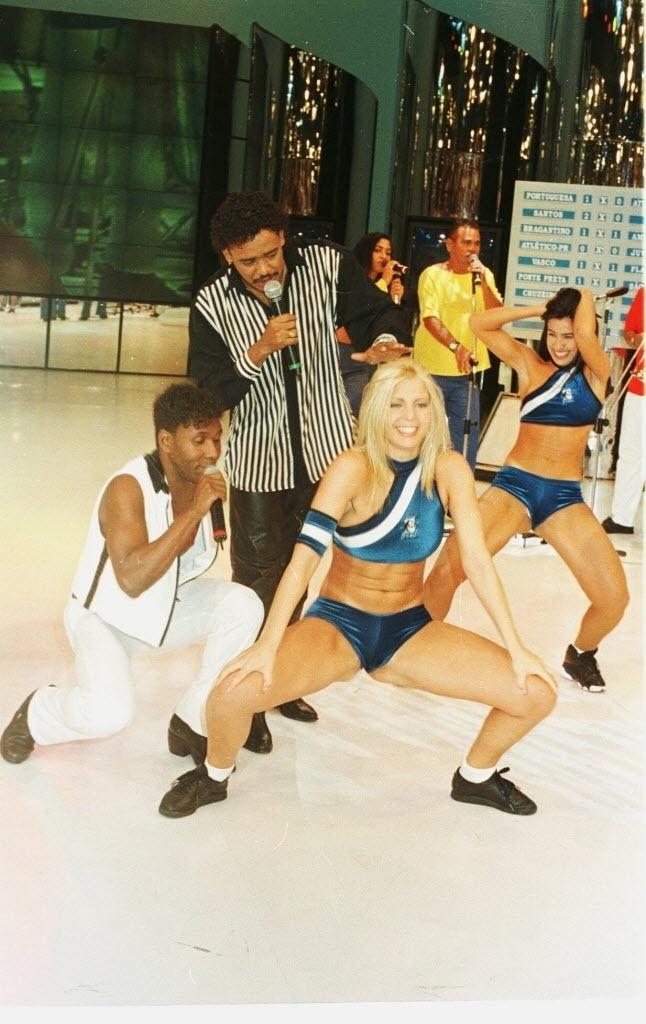 Sheila Mello, ex-dançarina do grupo É o Tchan, rebola após ganhar o concurso da Loira do Tchan, realizado no