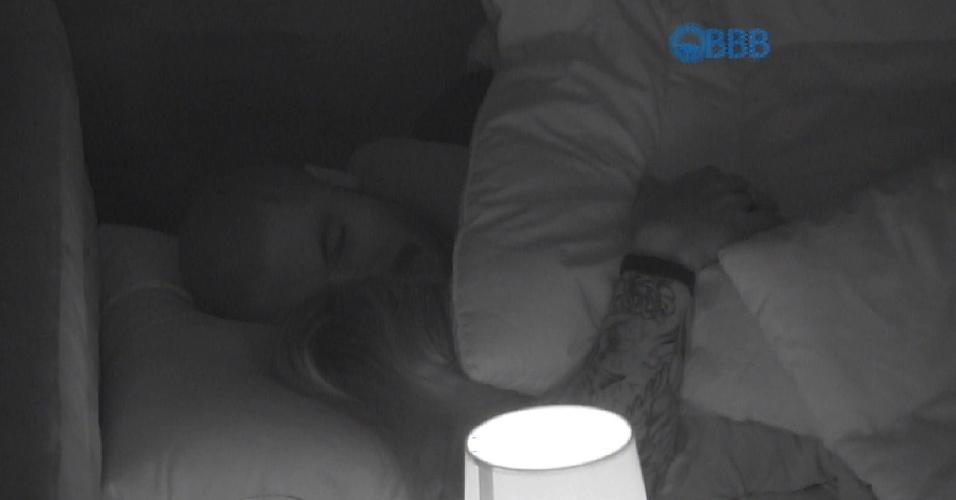 24.jan.2015 - Aline e Fernando se beijam na cama