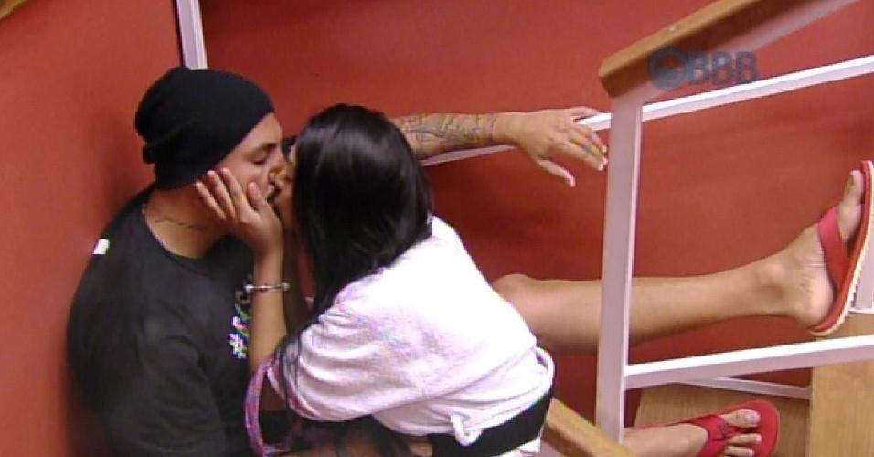 24.jan.2015 - Após conversa sobre relacionamentos, Amanda dá beijo em Fernando