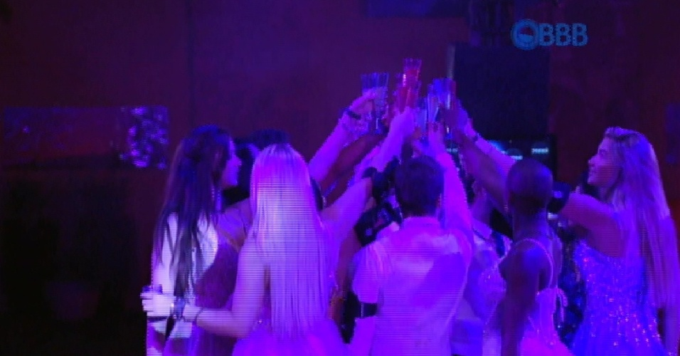 """24.jan.2015 - Brothers fazem brinde na primeira festa do """"BBB15"""" com tema de baile de debutantes"""