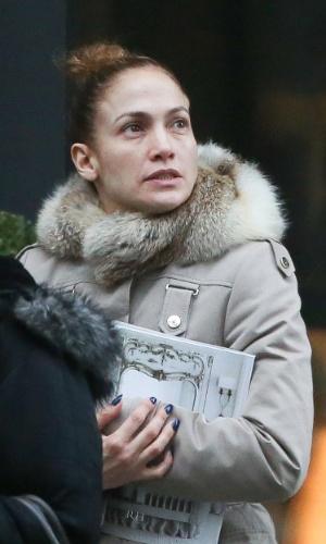 24.jan.2015 - Jennifer Lopez é flagrada sem maquiagem, enquanto vai às compras de decoração para sua nova casa em Nova York