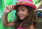 Toda estilosa, Mel Maia posa de rosa ao visitar quadra da Mangueira