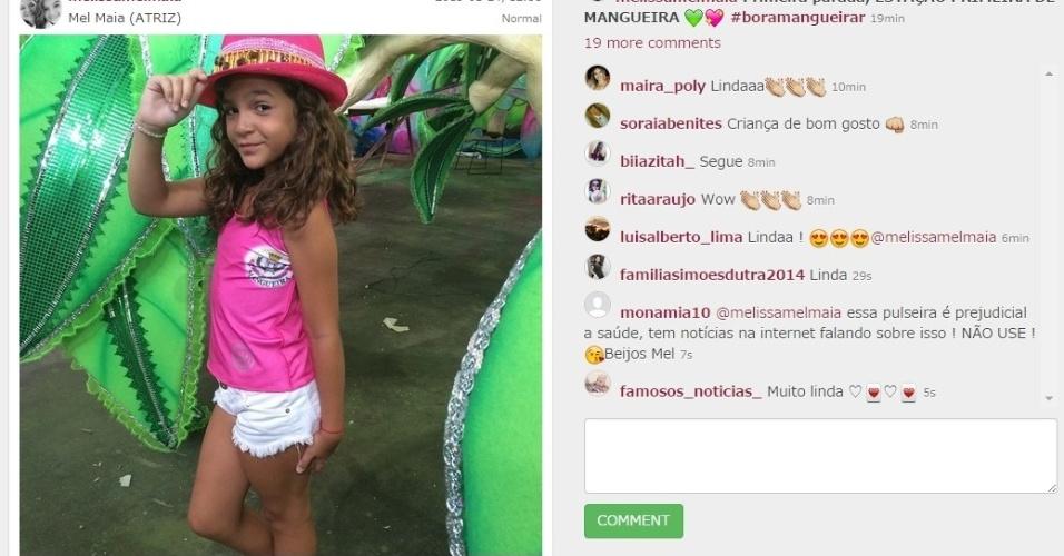 """24.jan.2015 - """"Primeira parada, Estação Primeira de Mangueira"""", avisou a atriz mirim Mel Maia, ao visitar quadra da escola. Sente o estilo da garota!"""