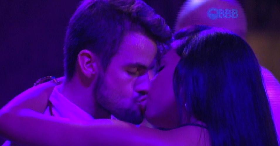 24.jan.2015 - Rafael e Talita se beijam na primeira festa do