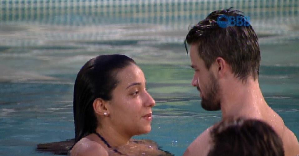 24.jan.2015 - Talita e Rafael conversam na piscina