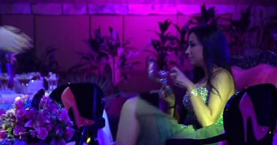 """24.jan.2015 - Talita troca de sapato durante primeira festa do """"BBB15"""""""