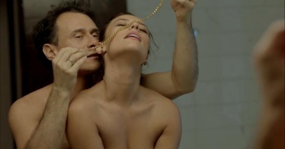 jan.2015 - Danny Bond sendo seduzida por uma joia, durante encontro com Cláudio Drummond (Enrique Diaz)