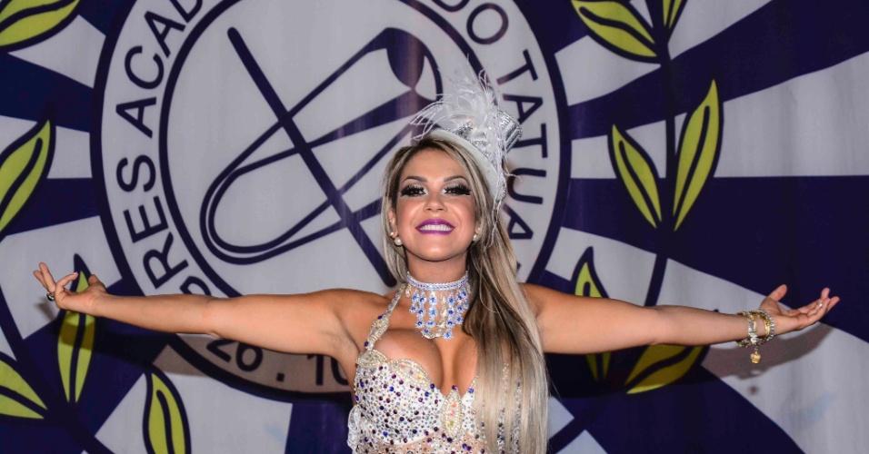 24.jan.2015 - Após temporada nos EUA, Gil Jung retorna para ensaio da Acadêmicos do Tatuapé. Gil será a rainha da bateria da agremiação azul e branco no Carnaval de 2015.