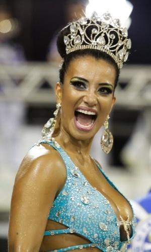 24.jan.2015 - Com decote generoso, rainha Cinthia Santos participa de ensaio técnico da Águia de Ouro, no Anhembi, em São Paulo