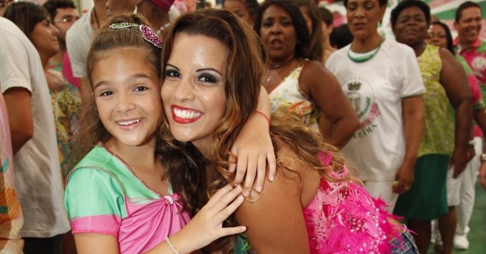 24.jan.2015 - Mel Maia e Renata Santos posam para foto durante ensaio da Primeira Estação de Mangueira. Mel, que irá desfilar pela escola este ano, esteve no barracão para provar sua fantasia.