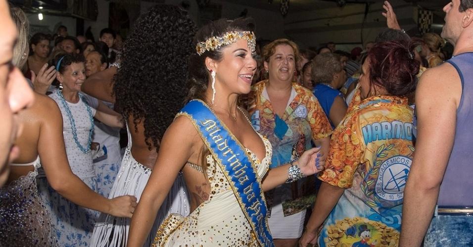 24.jan.2015 - Miss Bumbum Bahia, Yara Muniz, é coroada madrinha da harmonia da Acadêmicos do Tatuapé, na quadra da escola