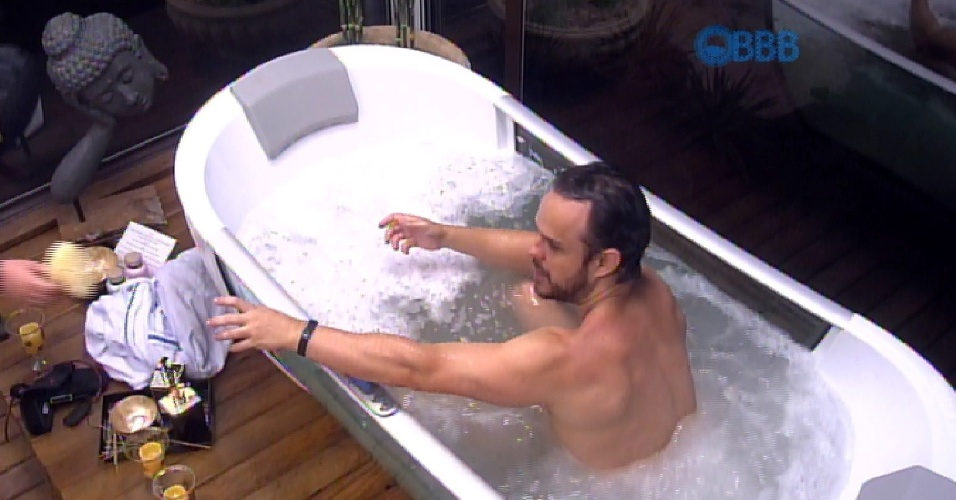 25.jan.2015 - Adrilles usa banheira de hidromassagem do quarto do líder