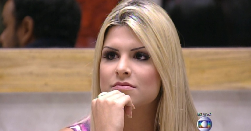 """25.jan.2015 - Julia aguarda anúncio da definição da 14ª participante do """"BBB15"""""""