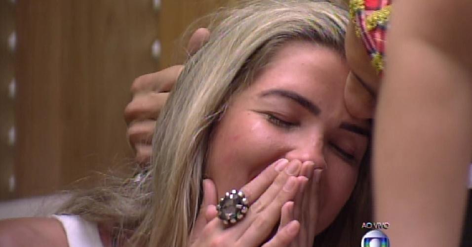 """25.jan.2015 - Aline chora ao saber que é a 14ª participante do """"BBB15"""""""