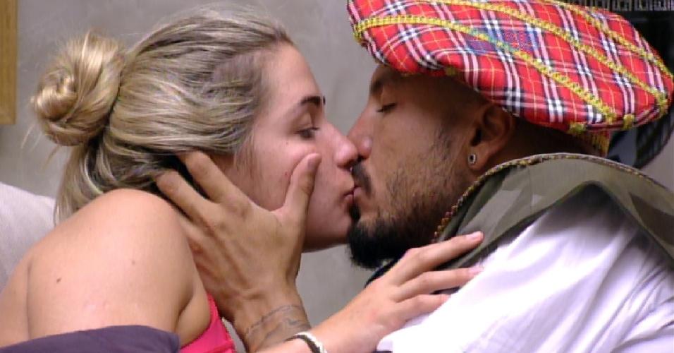 25.jan.2015 - Aline e Fernando se beijam no