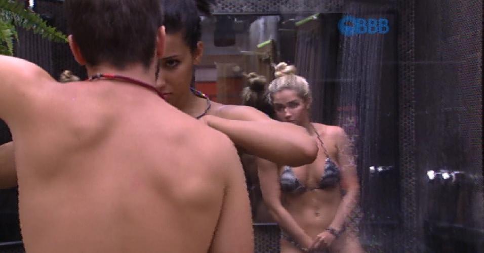 "25.jan.2015 - Aline toma banho após deixar a festa e entrar na casa do ""BBB"""