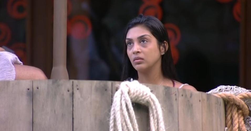25.jan.2015 - Amanda conversa com Fernando na área externa