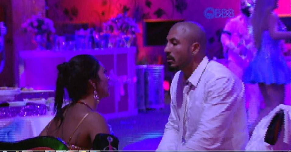 """25.jan.2015 - Amanda não aceita a decisão de Fernando: """"Eu to fragilizada, eu to carnete. Você me expôs"""". A sister, levanta e volta a dançar"""
