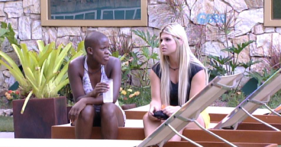 """25.jan.2015 - Angélica e Julia conversam na área externa da casa do """"BBB15"""""""