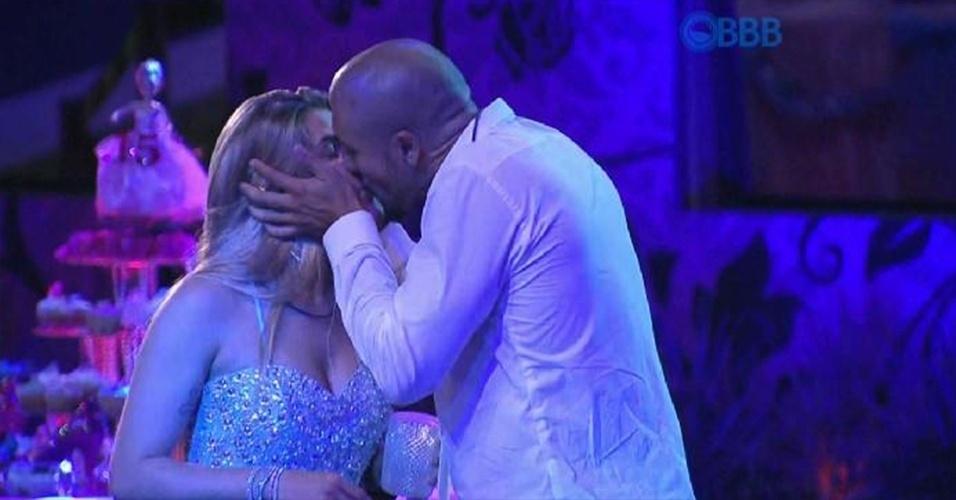 25.jan.2015 - Após explicar sua opção, Fernando beija Aline na frente de todos os brothers