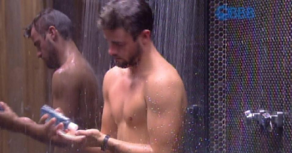 25.jan.2015 - Após participar da prova da comida, Rafael toma banho sozinho
