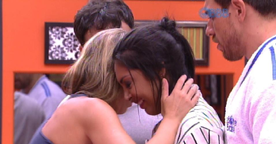 25.jan.2015 - Consolada e ajudada pela amiga Franciele, Amanda chora no quarto antes de deitar