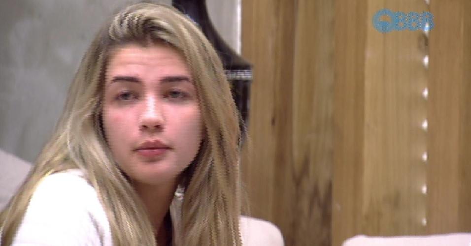 25.jan.2015 - Em conversa com Douglas e Angélica, Aline reclama da atitude de Luan