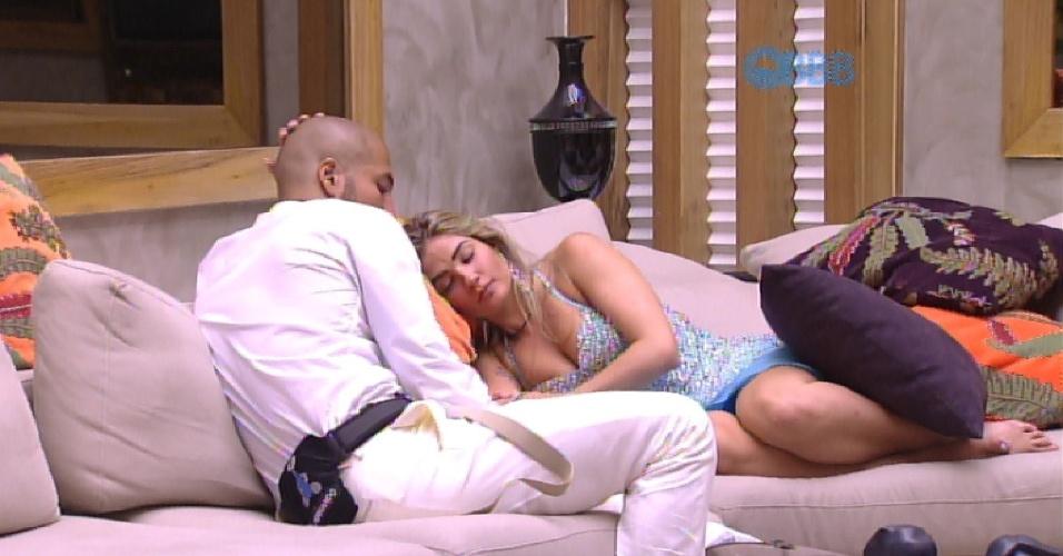 25.jan.2015 - Fernando conversa com Aline e diz que tem culpa na situação. A sister escuta e depois recebe um carinho do brother