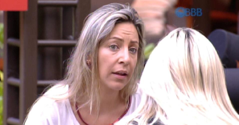 25.jan.2015 - Francieli conversa com Julia, Angélica e Amanda na área externa