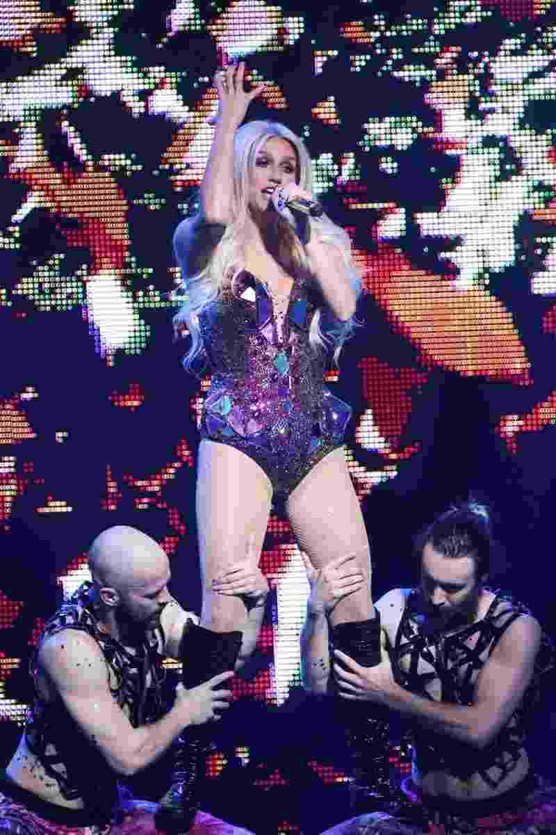 """25.jan.2015 -  Depois de abrir o Festival de Verão de Salvador, Kesha se apresenta em São Paulo, no Citibank Hall. Além de cantar hits como""""TiK ToK"""", """"We R Who We R"""" e """"Timber"""", cantora sensualizou com maiô, tocou guitarra e desfilou com bandeira do Brasil - Manuela Scarpa/Photo Rio News"""