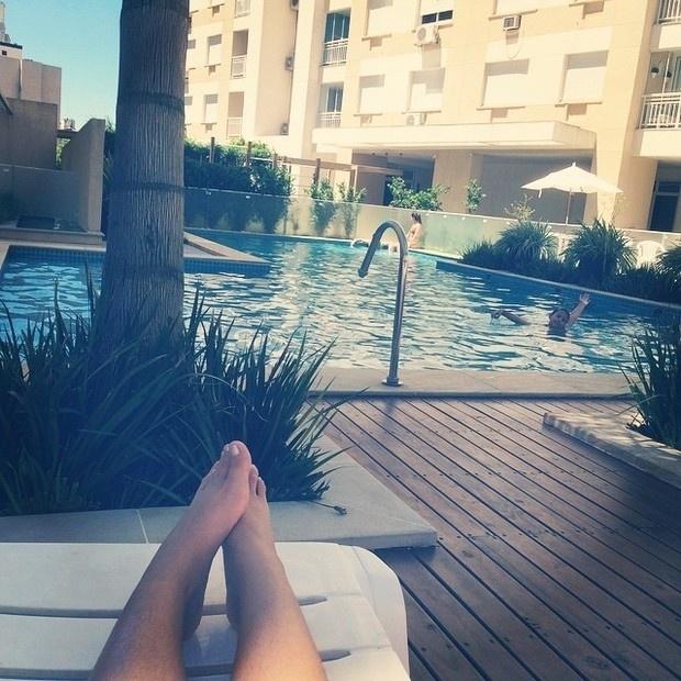 25.jan.2015 - Na reta final de sua recuperação, Andressa Urach posta foto deitada em uma espreguiçadeira em seu condomínio, tirando foto do filho na piscina. Apresentadora, que já parou de tomar antibióticos, ficou 25 dias internada.