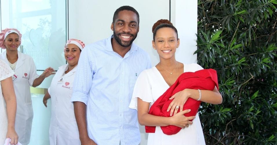 25.jan.2015 - Tais Araújo e Lázaro Ramos deixam a maternidade, dois dias depois do nascimento de Maria Antônia, na Barra da Tijuca , no Rio de Janeiro.