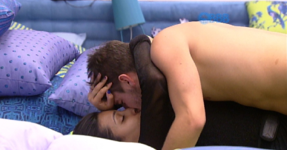 25.jan.2015 - Talita e Rafael se beijam no quarto