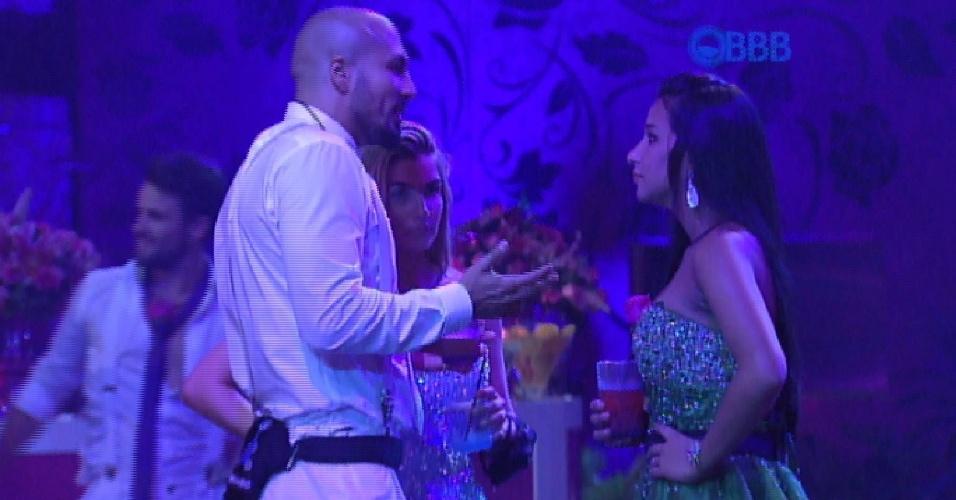 25.jan.2015 - Talita interrompe a conversa entre Aline e Fernando para avisar que Amanda está provocando o casal