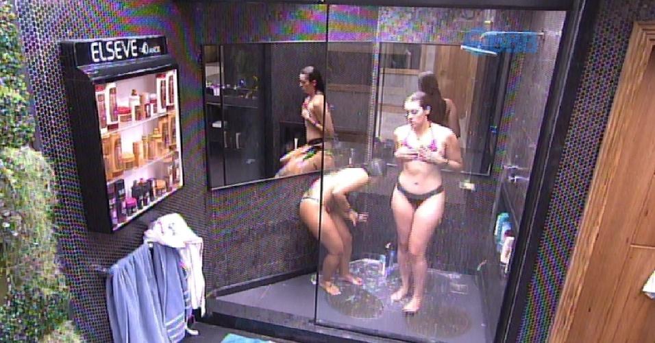 25.jan.2015 - Tamires e Amanda tomam banho no confinamento