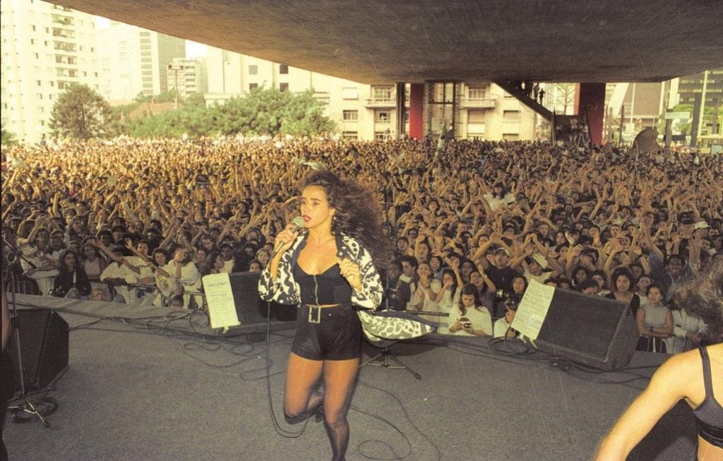 Daniela Mercury lota o vão do Masp, em São Paulo, em show de 1992 no auge da axé music