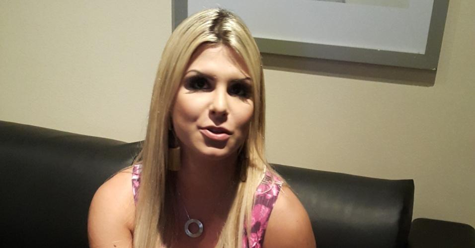 """25.jan.2015 - Fora do """"BBB15"""", Julia fala aos jornalistas sobre sua participação no reality show"""