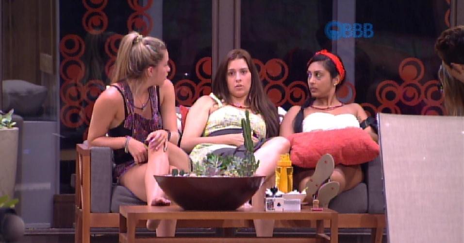 26.jan.2015 - Aline conversa com Tamires e Amanda na área externa