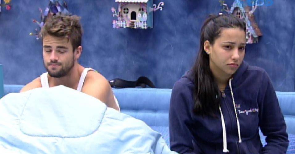 26.jan.2015 - Após passarem boa parte da madrugada acordados, Rafael e Talita acordam com dificuldade
