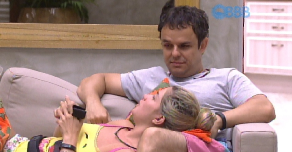 26.jan.2015 - Em conversa na sala, Aline diz para Adrilles que ele está agindo de uma maneira estranha