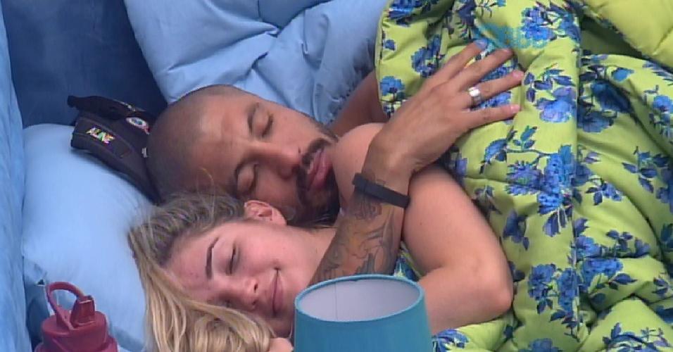 26.jan.2015 - Fernando e Aline trocam carinhos no quarto e clima esquenta embaixo do edredom