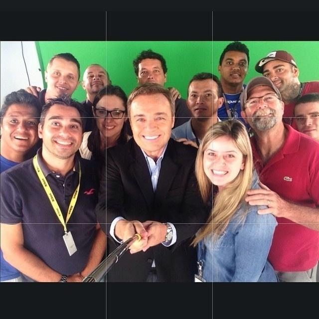 26.jan.2015 - Gugu Liberato faz selfie com equipe de seu novo programa na Record, previsto para estrear em fevereiro