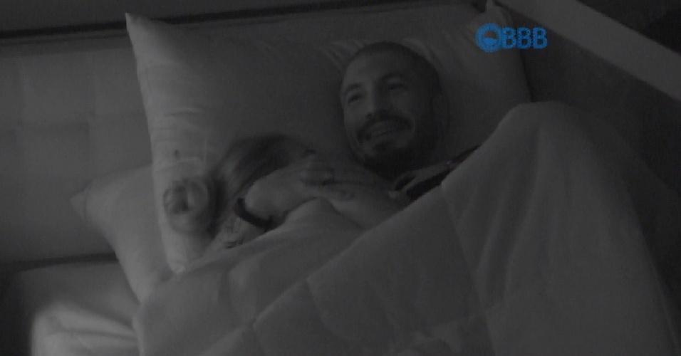 """26.jan.2015 - No mesmo quarto azul, Fernando e Aline conversam sobre a permanência da sister no """"BBB15"""""""