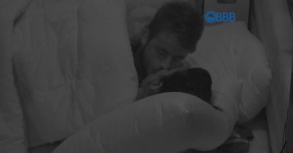 26.jan.2015 - Rafael e Talita se beijam pouco depois de deitar na cama de casal no quarto azul