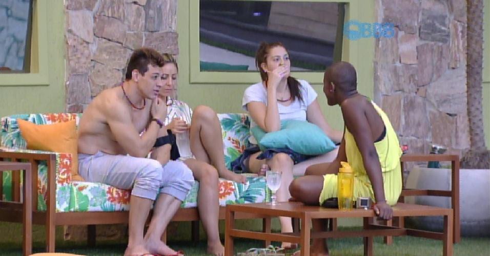 26.jan.2015 - Sem dormir, Cezar, Francieli, Tamires e Angélica conversam sobre o jogo do lado de fora casa